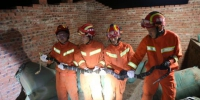 大理巍山消防官兵在村民家中擒获巨型眼镜王蛇 - 云南频道